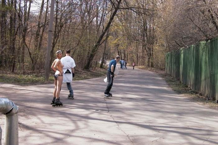 Голая девушка прокатилась на роликах по Москве (28 фото)