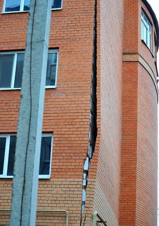 """Когда от многоэтажного дома """"отклеивается"""" стена (4 фото)"""