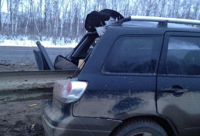 Отбойник насквозь проткнул внедорожник (8 фото)