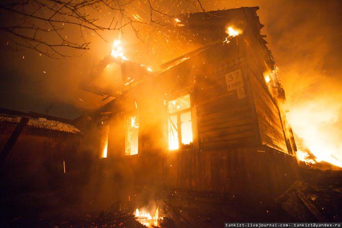 Тяжелый труд пожарных в российской глубинке (15 фото)