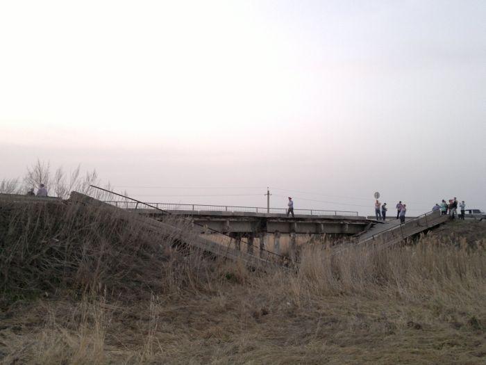 Водитель родился в рубашке: неожиданное обрушение моста (6 фото + видео)