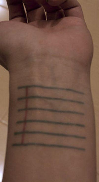Девушка-модельер и ее практичная татуировка (2 фото)