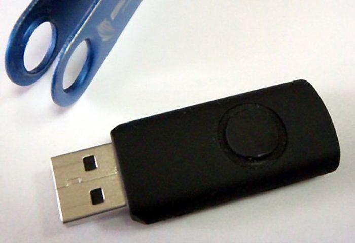 Розыгрыш сотрудников при помощи необычной USB-флешки (3 фото)