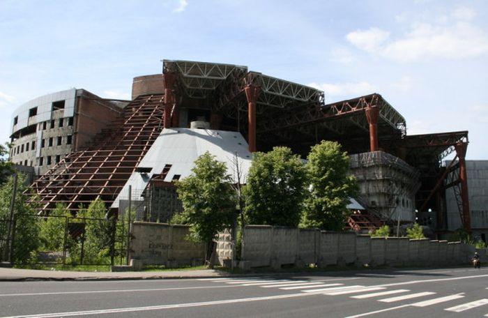 Многомиллиардные сооружения-призраки (27 фото)