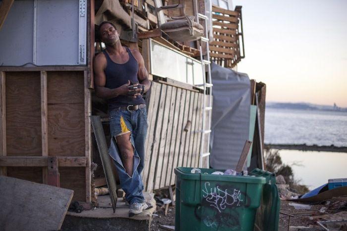 """Бездомный экс-боксер соорудил себе """"дом"""" на свалке (9 фото)"""