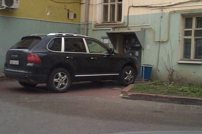 Выбрал место для парковки (3 фото)