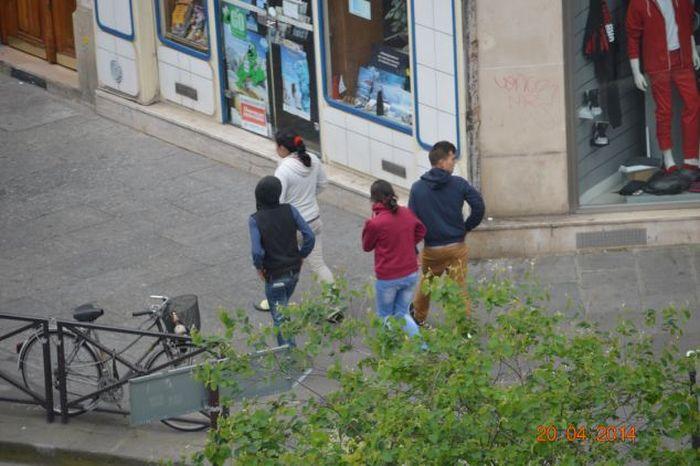 Цыгане обворовывают туристов в крупных городах Европы (4 фото)