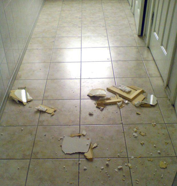 Девушка застряла в кабинке туалета (3 фото)
