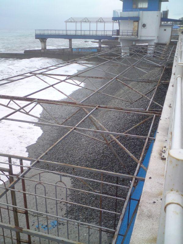 Крымские пляжи готовят к сезону (2 фото)