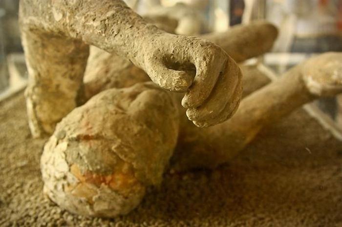 Жертвы извержения Везувия (11 фото)
