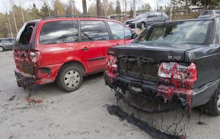 Неудачное место для парковки (2 фото)
