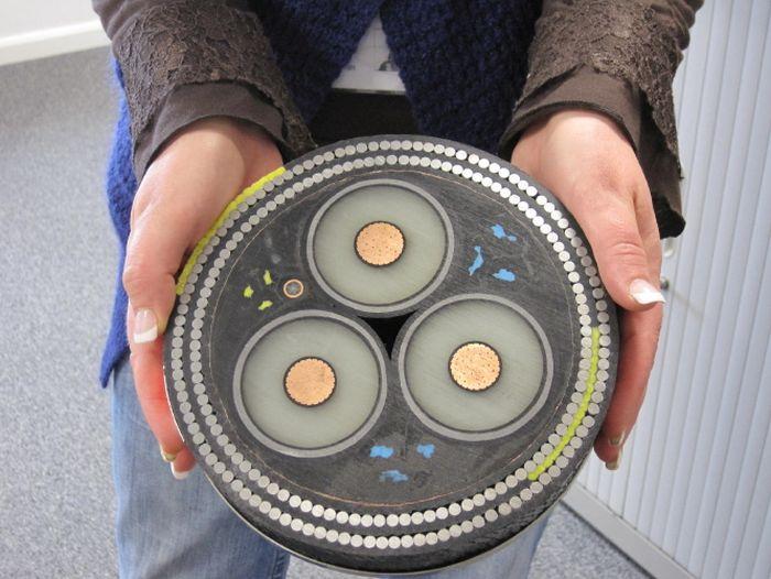 Подводный высоковольтный кабель (3 фото)