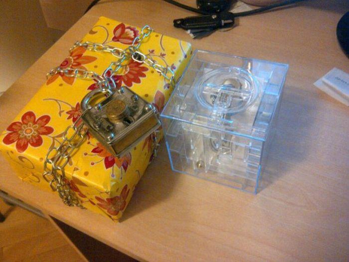 Садистский подход к упаковке подарка (13 фото)