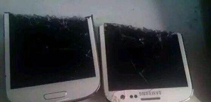 Не советую носить телефон в заднем кармане (2 фото)