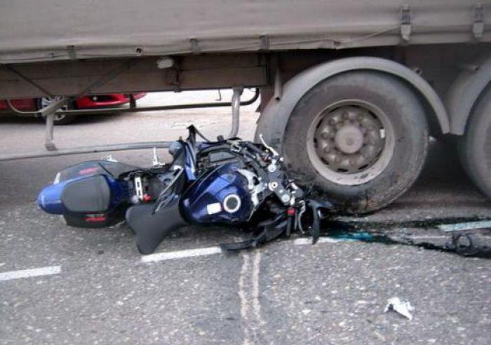Мотоциклисты и грузовик (2 фото)