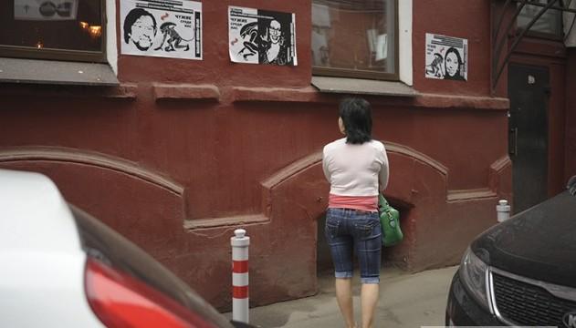 У здания канала Дождь открыли выставку (5 фото)