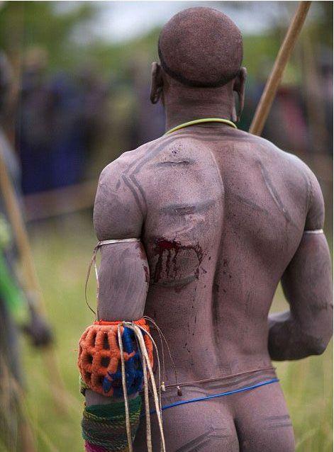Испытание мужчин племени Сурма в Эфиопии (28 фото)