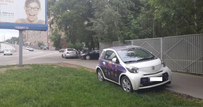 Месть за парковку на газоне по-московски (4 фото)