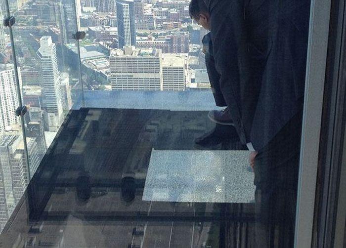 На смотровой площадке небоскреба треснул стеклянный пол (8 фото)