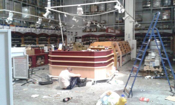 Покинутый после боя в аэропорту магазин Metro был полностью разграблен (14 фото)