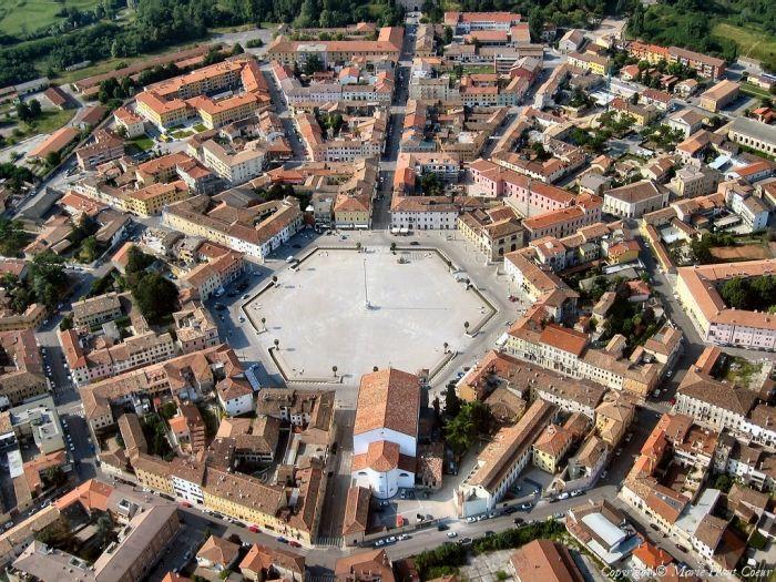 Необычный симметричный город-крепость в Италии (15 фото)