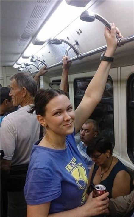Креативная замена поручней в вагоне метро (3 фото)