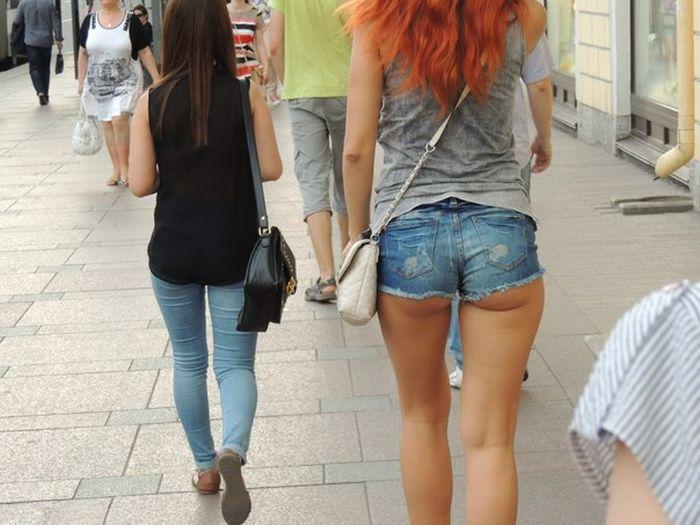 """""""Подглядываем"""" за девушками (60 фото)"""