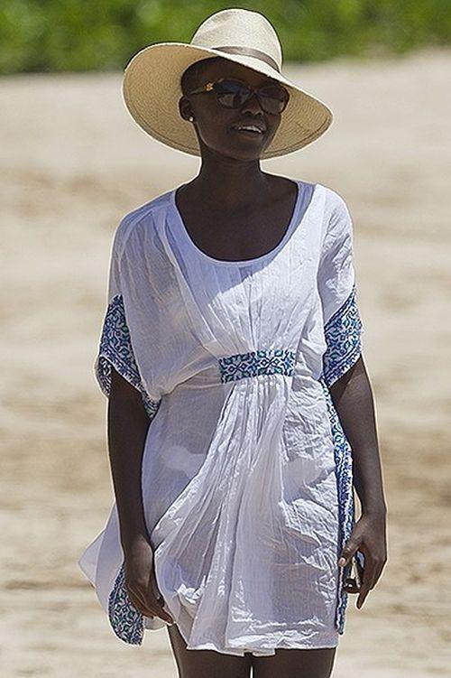 Люпита Нионгу в бикини на пляже (6 фото)