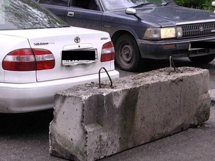 Жесткий способ проучить водителей за парковку на тротуаре (5 фото)