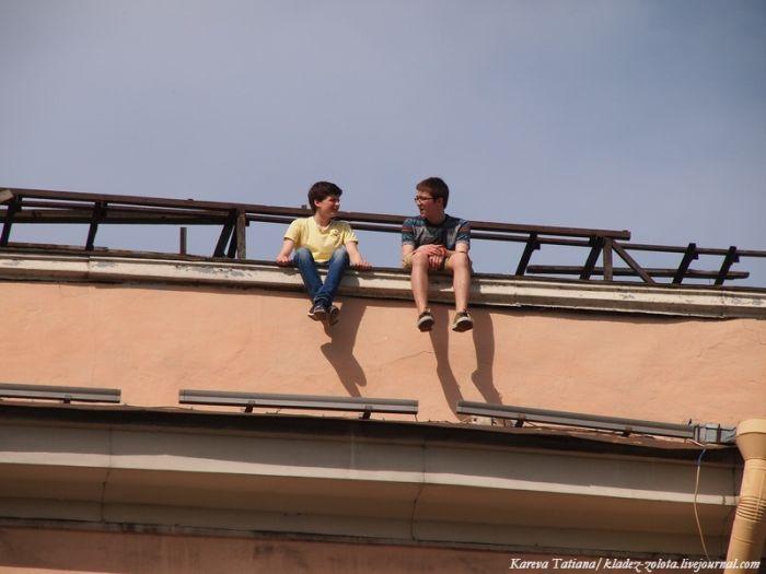 Опасные посиделки на крыше (5 фото)