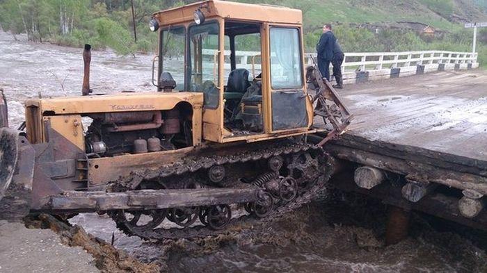 Наводнение в Алтае принесло в поселок балистическую ракету (5 фото)