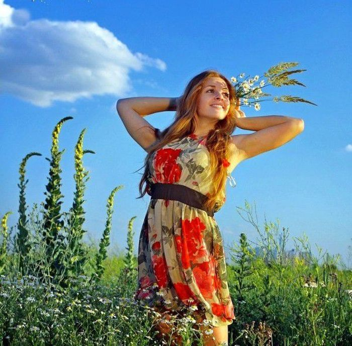 Славянская девушка на дороге фото