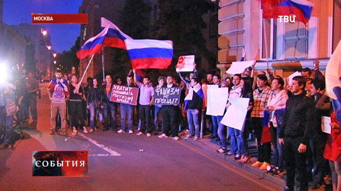 Протест у посольства Украины в Москве (3 фото)