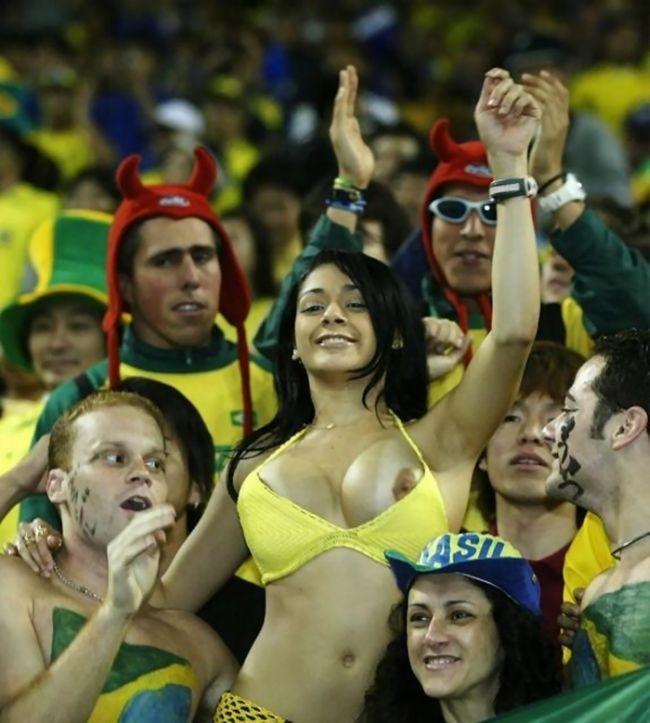 Бразильская болельщица слишком увлеклась игрой (7 фото)