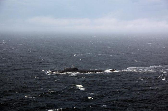 Атомный подводный ракетоносный крейсер пришел на помощь во время шторма (9 фото)
