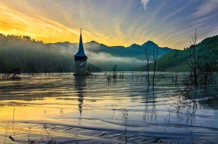 Румынская деревня, на месте которой образовалось токсичное озеро (10 фото)