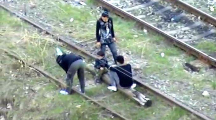 Цыгане сдают железнодорожное полотно на металлолом (5 фото)