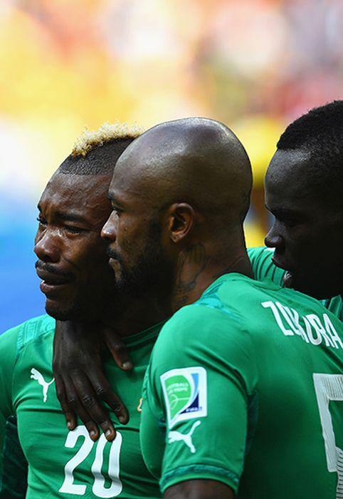 """Игрок """"Кот-д'Ивуара"""" не сдержал слез на поле (4 фото)"""