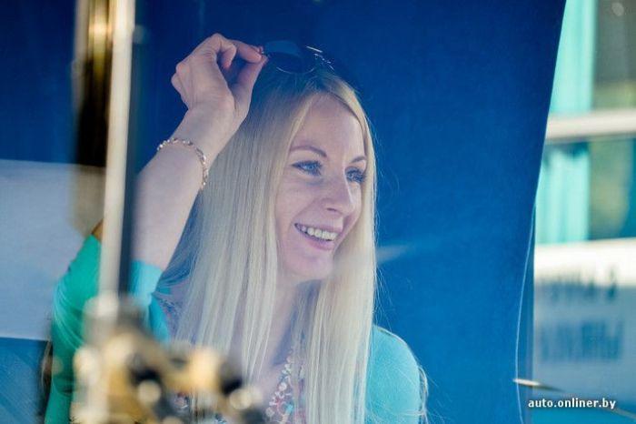 Необычная профессия симпатичной блондинки (18 фото)