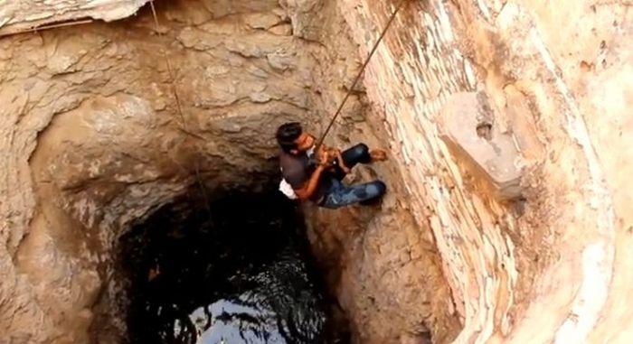 Спасение собаки со дна колодца (7 фото)