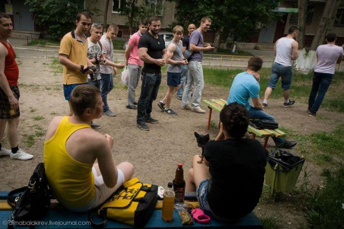 Зачистка дворов Челябинска от алкоголиков (17 фото + 1 видео)