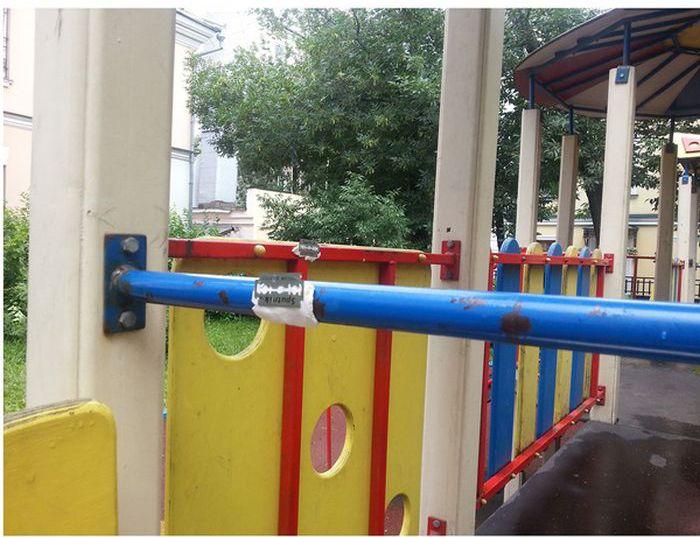 Будьте осторожны с детьми на детских площадках в Москве (7 фото)