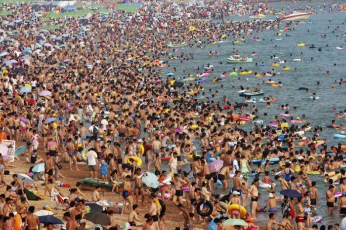 Два переполненных пляжа в разных странах (2 фото)