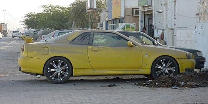 Autos de lujo abandonados en Dubai.