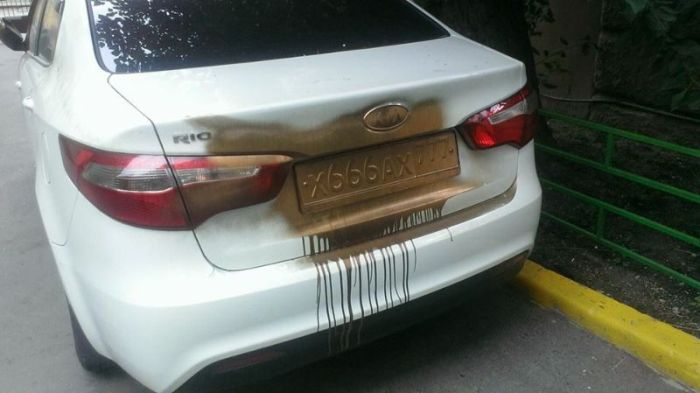 Изгнали нечистую силу из автомобиля во дворе (3 фото)