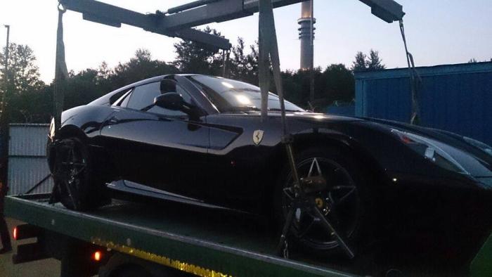 Владелец Ferrari устроил погоню за эвакуатором (2 фото)
