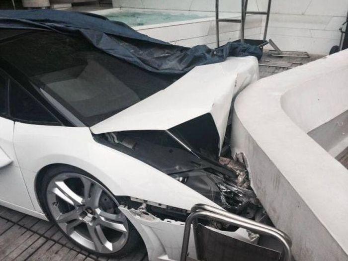"""Сотрудник отеля """"припарковал"""" Lamborghini клиента (5 фото + видео)"""