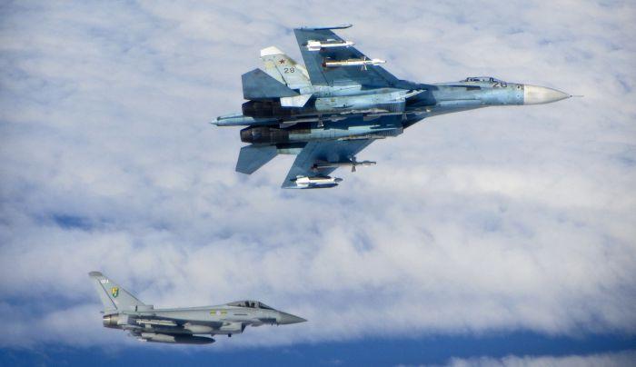 Сопровождение российских истребителей над нейтральными водами (6 фото)