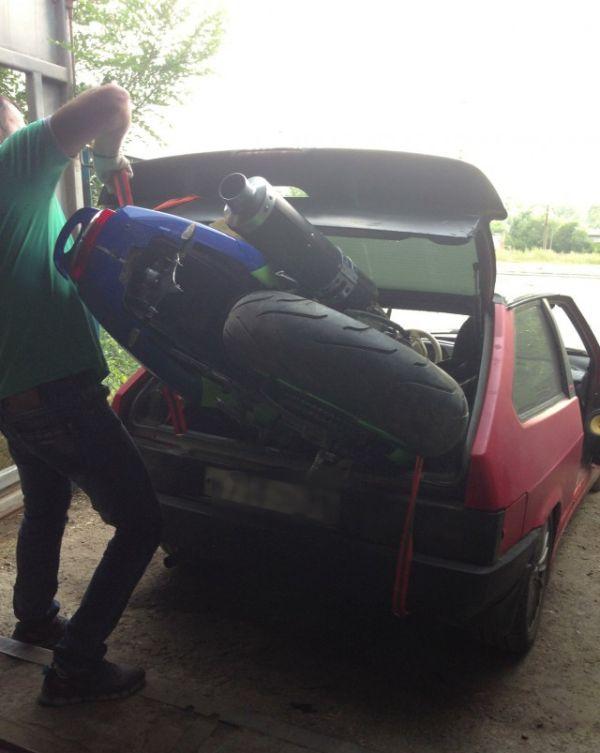 Покупатель приехал за мотоциклом (2 фото)