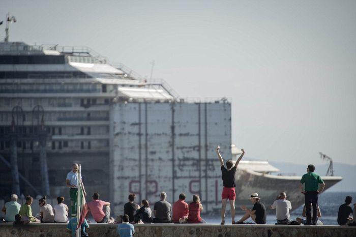 Лайнер Коста Конкордия покинул место своего крушения (13 фото)